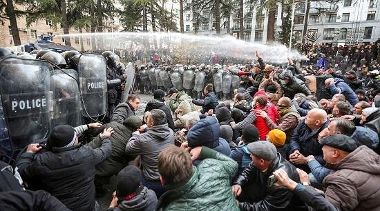 Протесты в Тбилиси: Полиция применила водометы