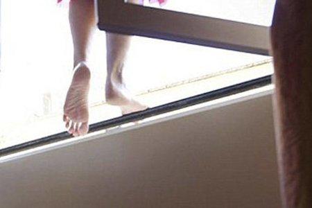В Баку избитая дядей девушка выбросилась в окно