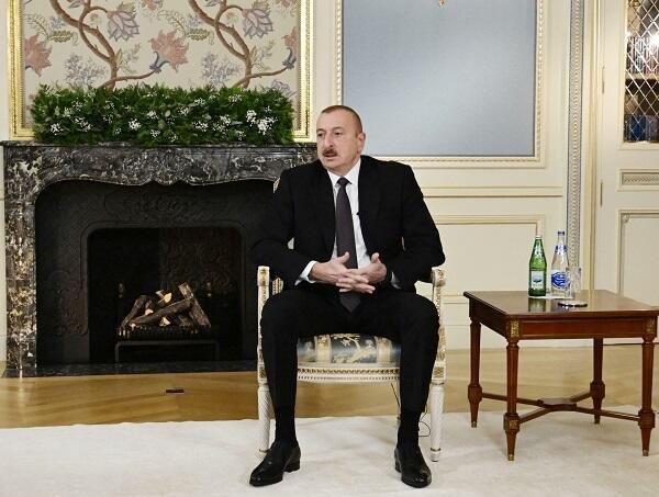 Ильхам Алиев дал интервью местным журналистам