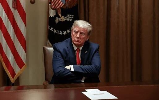 Трамп впервые за месяц покинет Белый дом