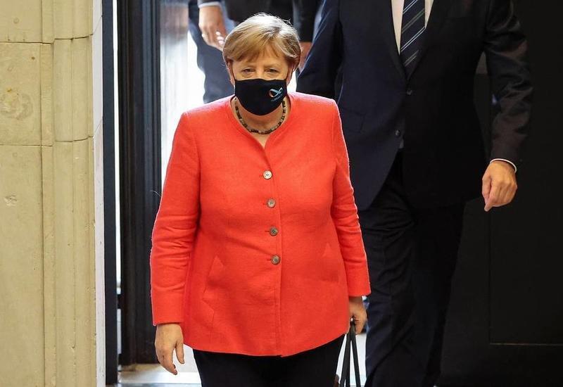 Меркель впервые с начала пандемии появилась на публике в защитной маске