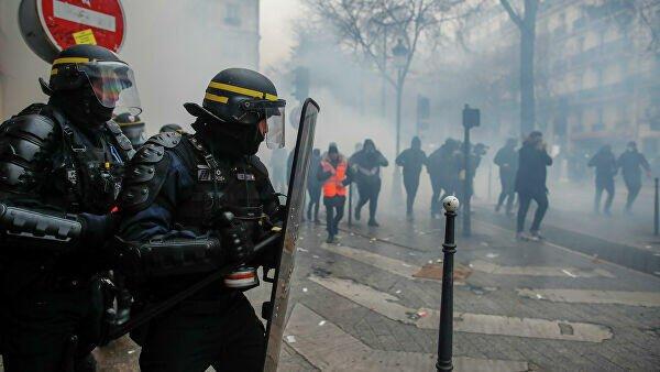 Во Франции пострадали более 60 полицейских