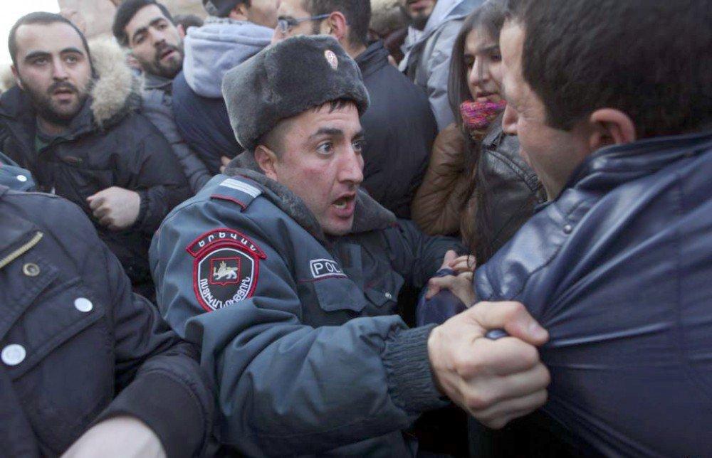 В Ереване произошли стычки сторонников Пашиняна с оппозицией