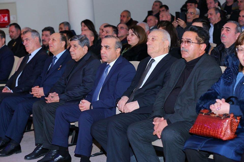 Azay Quliyev qazilərlə birlikdə 20 yanvar şəhidlərini anıb - FOTOLAR