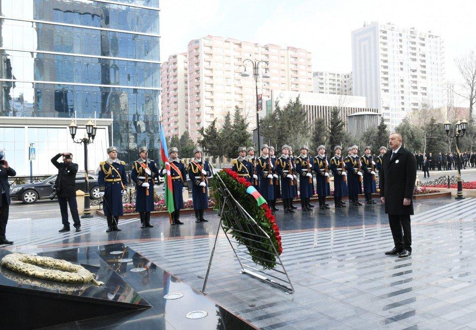 """İlham Əliyev """"Xocalı"""" abidəsini ziyarət etdi"""