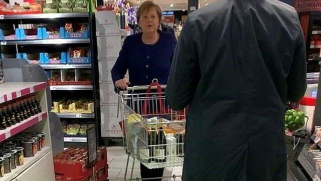 Merkel şərab aldı, insanlar panikaya düşdü - Foto