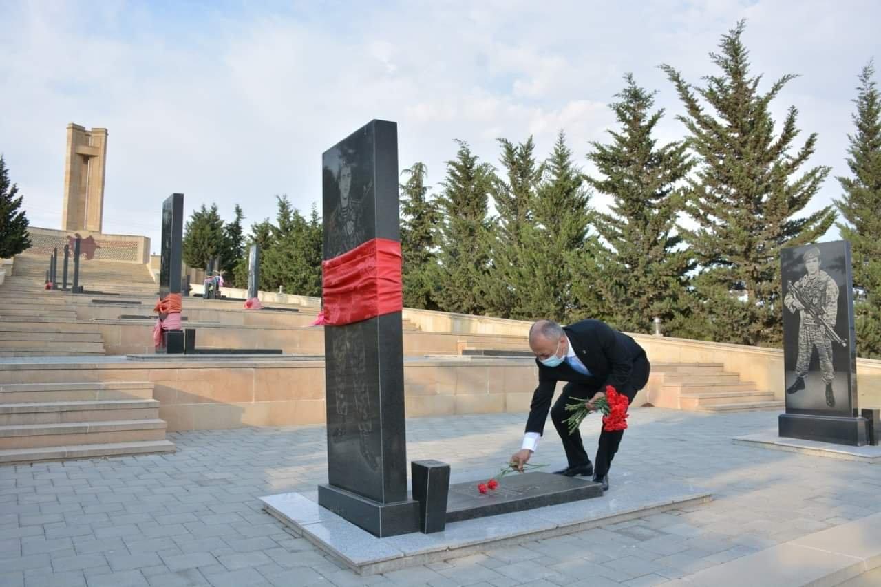 Hikmət Şikarov Şamaxıda ulu öndər Heydər Əliyevin abidəsini ziyarət edib