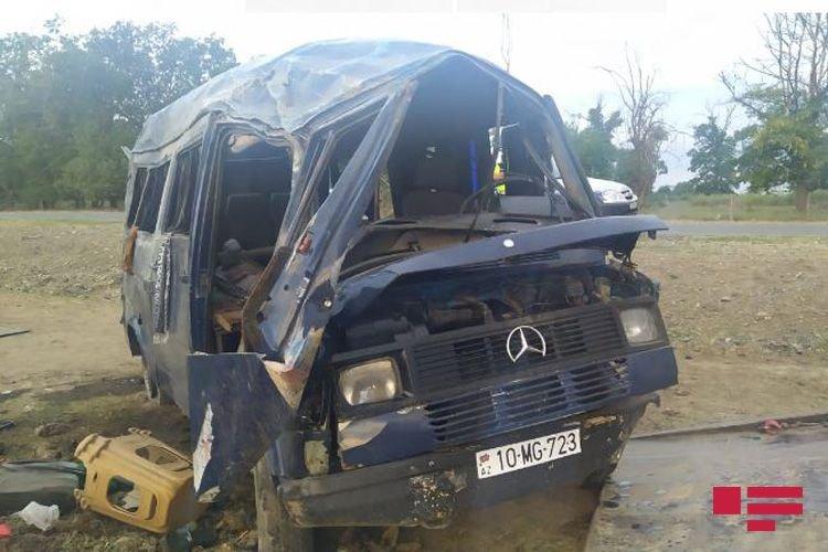 Samuxda mikroavtobus aşdı, 11 yaralı var - SİYAHI