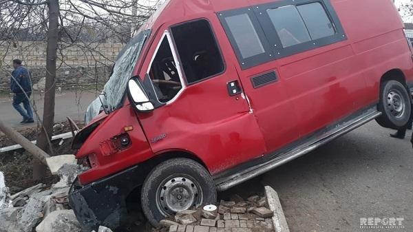Bakıda mikroavtobus yük maşını ilə toqquşdu: ölən var