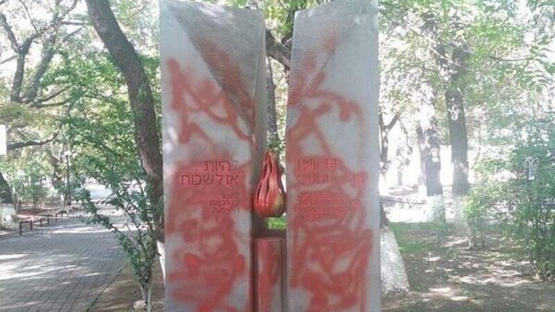 Ermənilər Holokost abidəsini təhqir etdi - FOTO