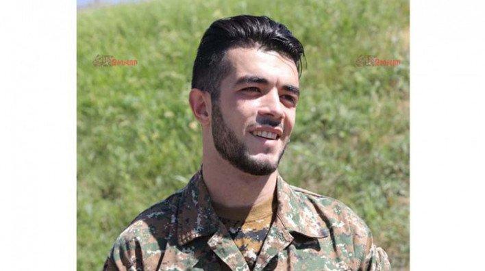 Qarabağda döyüşən erməni müğənni silahını atıb qaçdı